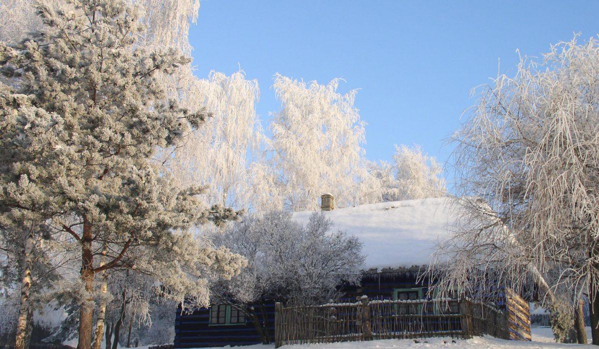 widok na chałupę w zimie